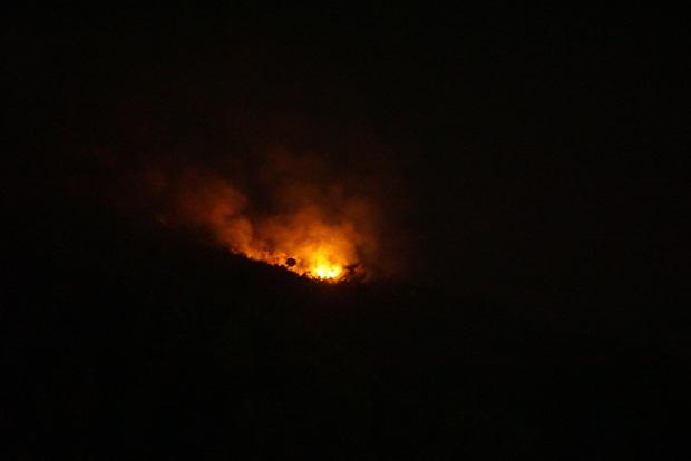 Đang cháy lớn tại đỉnh núi Sọ ở Đà Nẵng, lực lượng chức năng chưa thể tiếp cận - Ảnh 1.