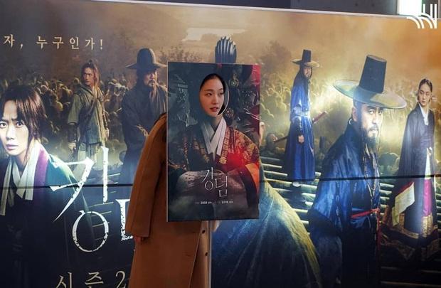 Cười quỳ khi soi ra bức ảnh Kim Go Eun (Quân Vương Bất Diệt) lên đồ hoàng hậu là chụp với poster ghẻ của Kingdom, nghĩ mà tức luôn á! - Ảnh 3.