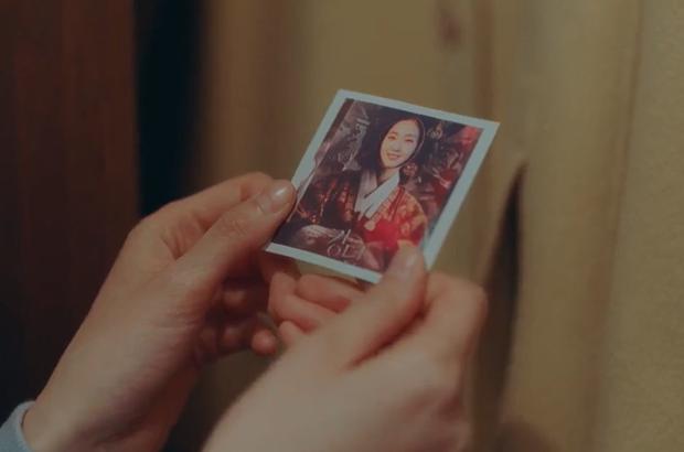 Cười quỳ khi soi ra bức ảnh Kim Go Eun (Quân Vương Bất Diệt) lên đồ hoàng hậu là chụp với poster ghẻ của Kingdom, nghĩ mà tức luôn á! - Ảnh 1.