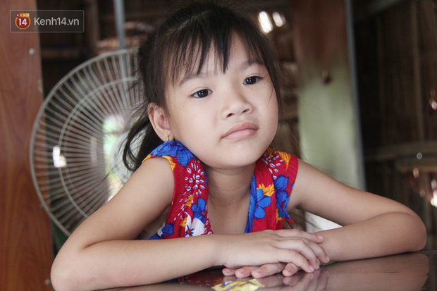 Bố mất được 2 năm thì mẹ qua đời, đứa trẻ 7 tuổi côi cút bên bàn thờ đợi anh chị đi làm thuê kiếm tiền về trả nợ - Ảnh 2.