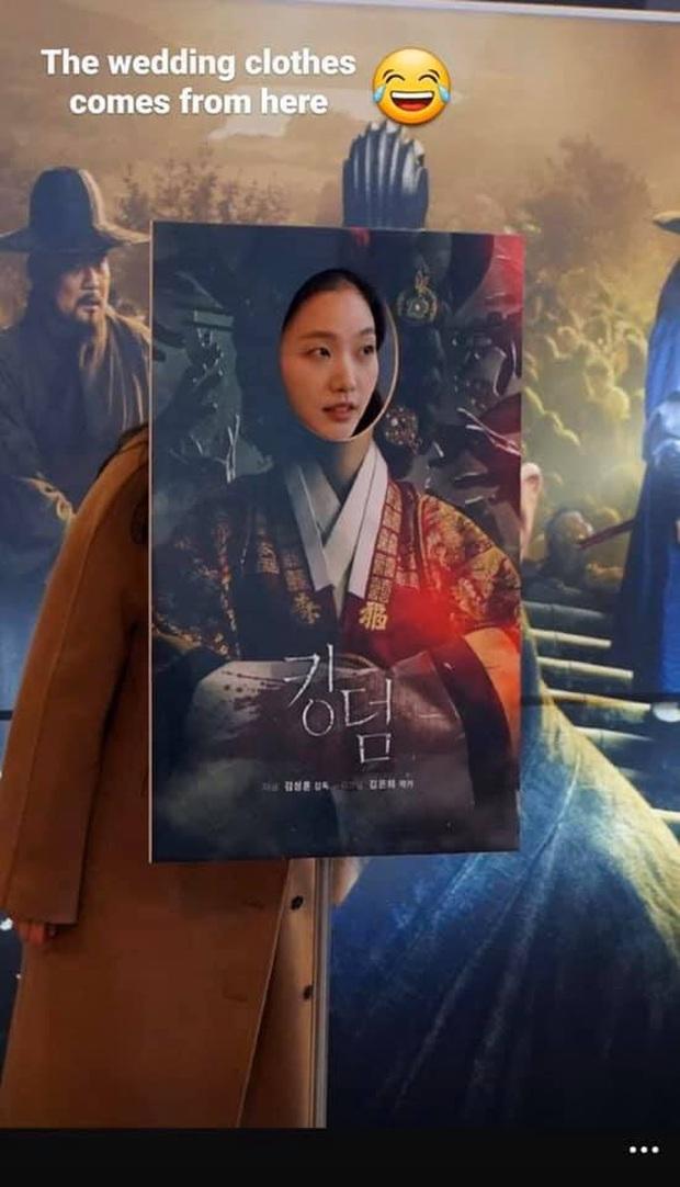Cười quỳ khi soi ra bức ảnh Kim Go Eun (Quân Vương Bất Diệt) lên đồ hoàng hậu là chụp với poster ghẻ của Kingdom, nghĩ mà tức luôn á! - Ảnh 4.