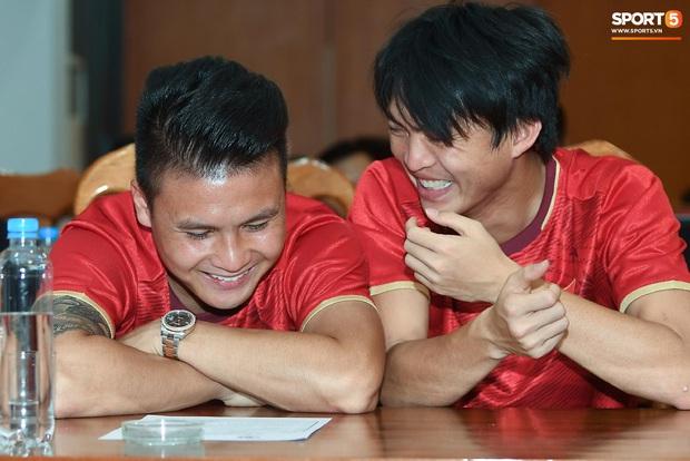 Tuấn Anh tán gẫu cực vui cùng các nữ tuyển thủ, Quang Hải gặp sự cố lạc đường hài hước trong phòng họp báo - Ảnh 4.
