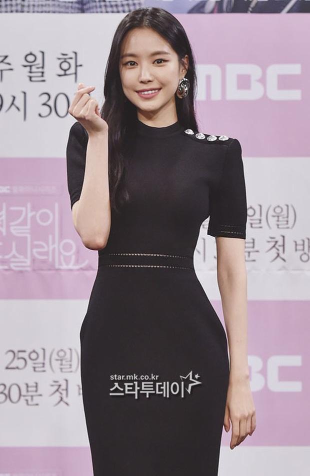 """Nữ thần body huyền thoại Kpop khoe vòng eo khó tin bên tài tử Song Seung Hun, ai dè bị mỹ nhân """"Crash landing on you"""" lấn át tại họp báo - Ảnh 3."""