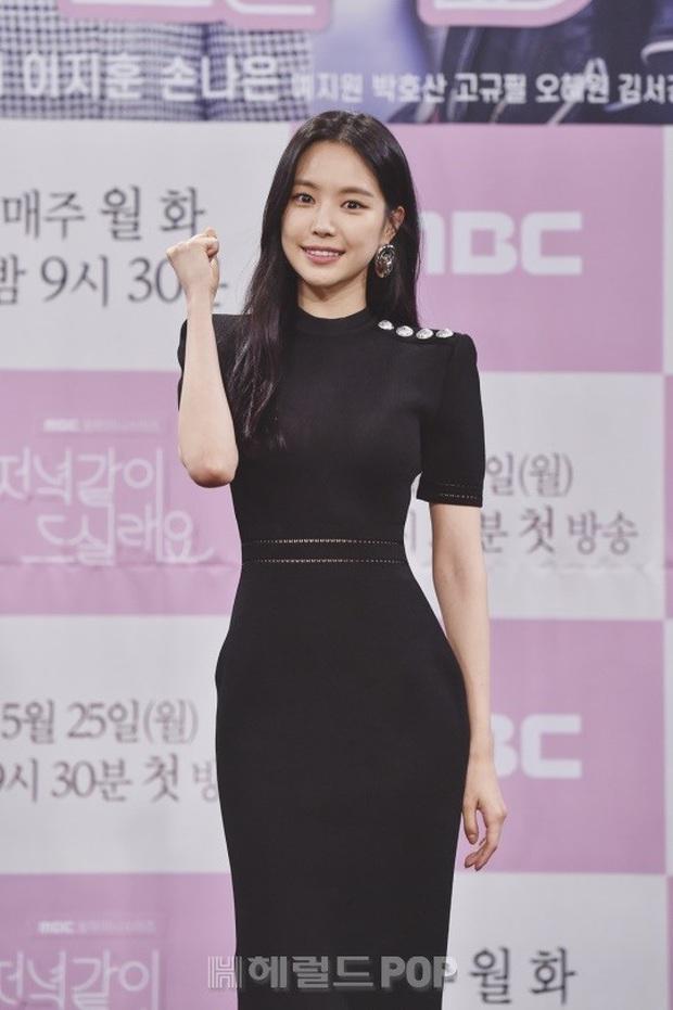 """Nữ thần body huyền thoại Kpop khoe vòng eo khó tin bên tài tử Song Seung Hun, ai dè bị mỹ nhân """"Crash landing on you"""" lấn át tại họp báo - Ảnh 4."""
