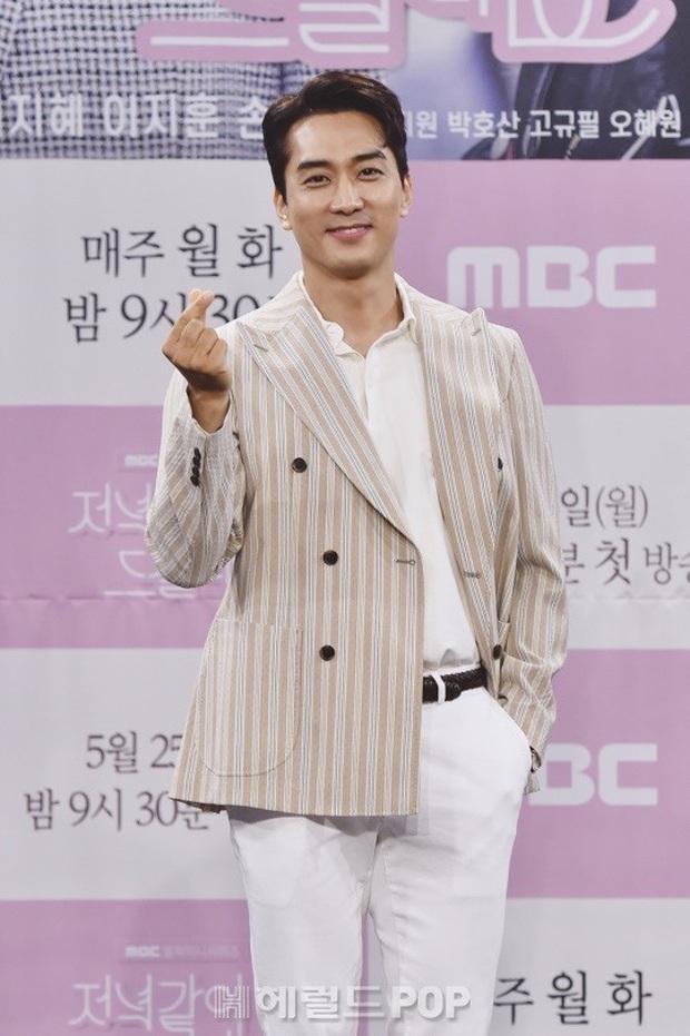 """Nữ thần body huyền thoại Kpop khoe vòng eo khó tin bên tài tử Song Seung Hun, ai dè bị mỹ nhân """"Crash landing on you"""" lấn át tại họp báo - Ảnh 8."""