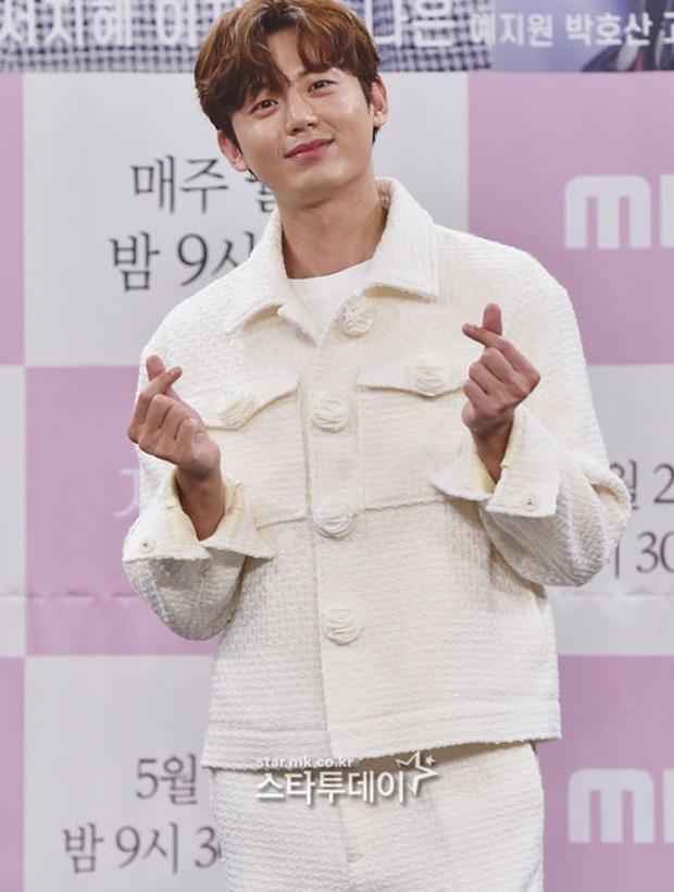 """Nữ thần body huyền thoại Kpop khoe vòng eo khó tin bên tài tử Song Seung Hun, ai dè bị mỹ nhân """"Crash landing on you"""" lấn át tại họp báo - Ảnh 12."""