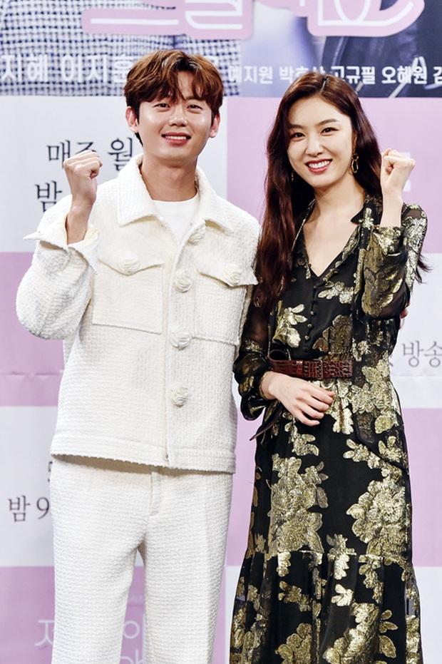 """Nữ thần body huyền thoại Kpop khoe vòng eo khó tin bên tài tử Song Seung Hun, ai dè bị mỹ nhân """"Crash landing on you"""" lấn át tại họp báo - Ảnh 13."""
