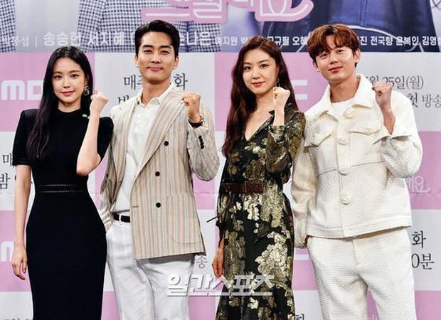 """Nữ thần body huyền thoại Kpop khoe vòng eo khó tin bên tài tử Song Seung Hun, ai dè bị mỹ nhân """"Crash landing on you"""" lấn át tại họp báo - Ảnh 14."""