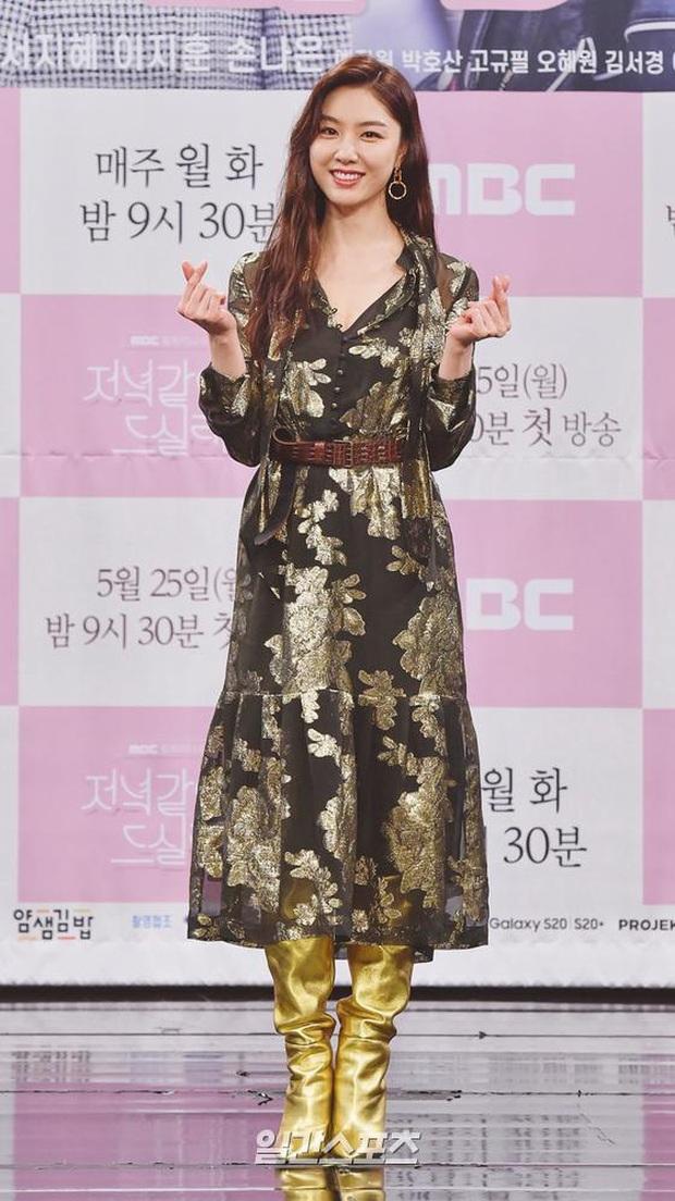"""Nữ thần body huyền thoại Kpop khoe vòng eo khó tin bên tài tử Song Seung Hun, ai dè bị mỹ nhân """"Crash landing on you"""" lấn át tại họp báo - Ảnh 5."""