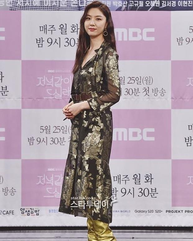 """Nữ thần body huyền thoại Kpop khoe vòng eo khó tin bên tài tử Song Seung Hun, ai dè bị mỹ nhân """"Crash landing on you"""" lấn át tại họp báo - Ảnh 7."""