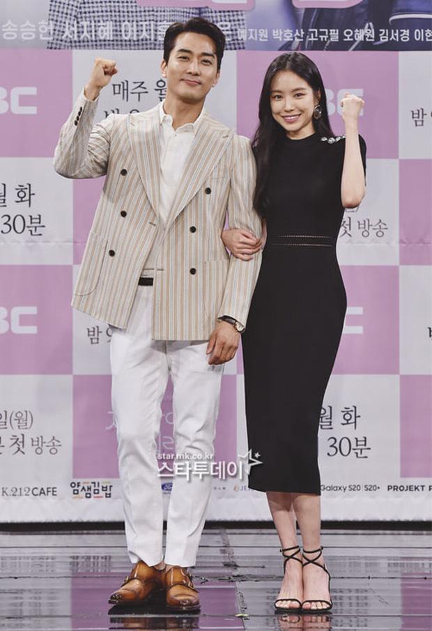 """Nữ thần body huyền thoại Kpop khoe vòng eo khó tin bên tài tử Song Seung Hun, ai dè bị mỹ nhân """"Crash landing on you"""" lấn át tại họp báo - Ảnh 10."""