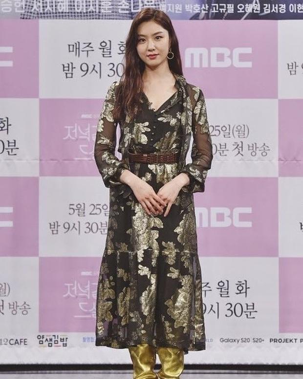 """Nữ thần body huyền thoại Kpop khoe vòng eo khó tin bên tài tử Song Seung Hun, ai dè bị mỹ nhân """"Crash landing on you"""" lấn át tại họp báo - Ảnh 6."""