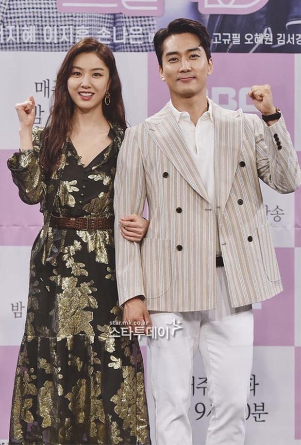 """Nữ thần body huyền thoại Kpop khoe vòng eo khó tin bên tài tử Song Seung Hun, ai dè bị mỹ nhân """"Crash landing on you"""" lấn át tại họp báo - Ảnh 11."""
