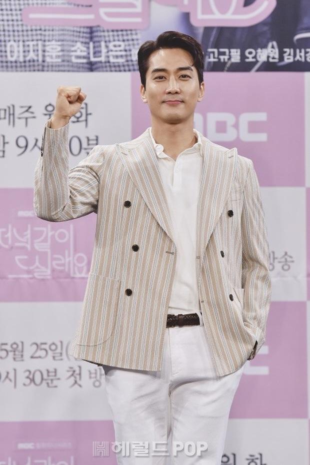 """Nữ thần body huyền thoại Kpop khoe vòng eo khó tin bên tài tử Song Seung Hun, ai dè bị mỹ nhân """"Crash landing on you"""" lấn át tại họp báo - Ảnh 9."""