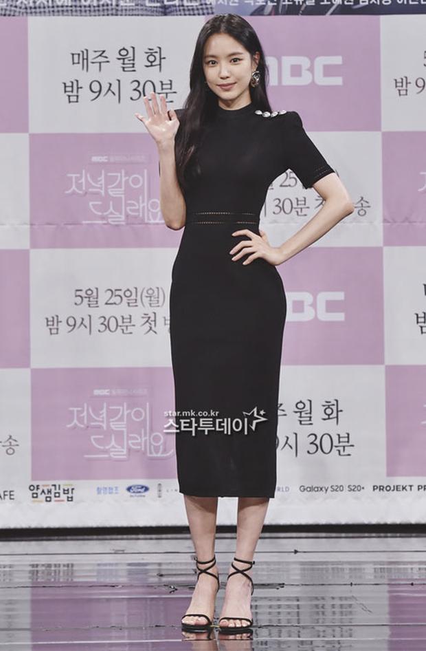 """Nữ thần body huyền thoại Kpop khoe vòng eo khó tin bên tài tử Song Seung Hun, ai dè bị mỹ nhân """"Crash landing on you"""" lấn át tại họp báo - Ảnh 2."""