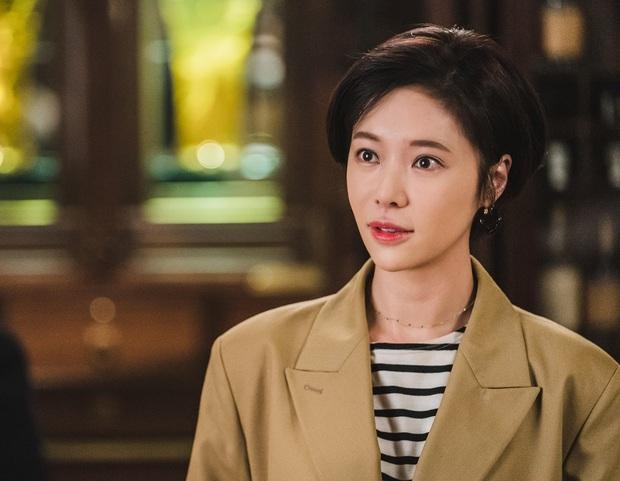 Chưa kịp trả nghiệp ở Mystic Pop-up Bar, dì hai Hwang Jung Eum đã vội bắt trend gái ế Jang Nara trong phim mới - Ảnh 3.