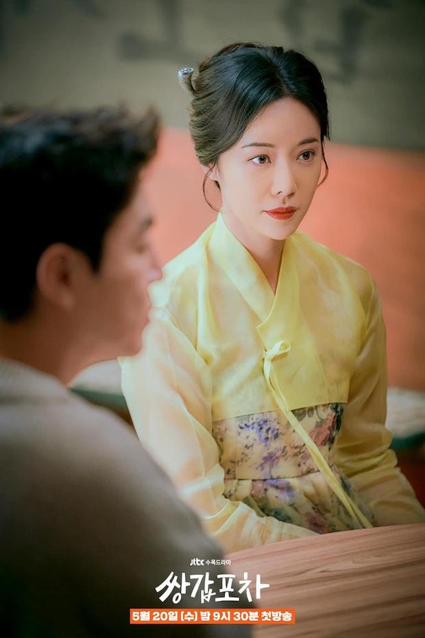 Chưa kịp trả nghiệp ở Mystic Pop-up Bar, dì hai Hwang Jung Eum đã vội bắt trend gái ế Jang Nara trong phim mới - Ảnh 1.