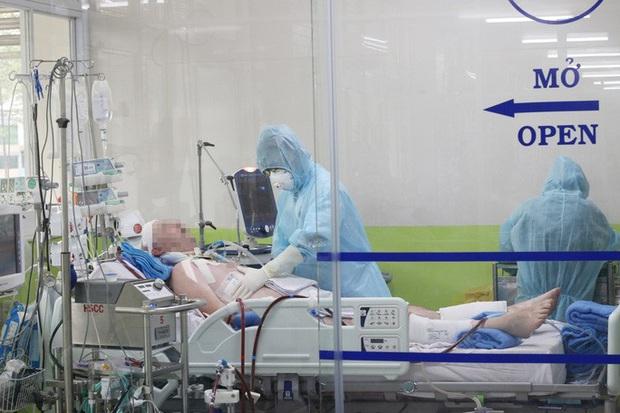 Clip: Xem bác sĩ Bệnh viện Chợ Rẫy cứu chữa phi công người Anh mắc Covid-19 nặng - Ảnh 1.