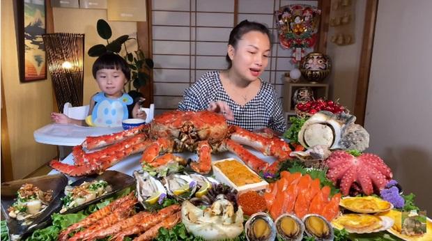 Mừng 3 triệu sub, Quỳnh Trần JP chơi lớn với mâm hải sản cua hoàng đế nặng hơn 6kg và hàng loạt món siêu đắt - Ảnh 1.