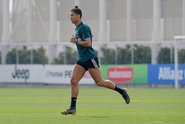 Ronaldo cơ chân săn chắc trong trạng thái bộc phá, thế mới thấy tập luyện ở nhà vì Covid-19 chưa bao giờ là vấn đề với anh - Ảnh 1.