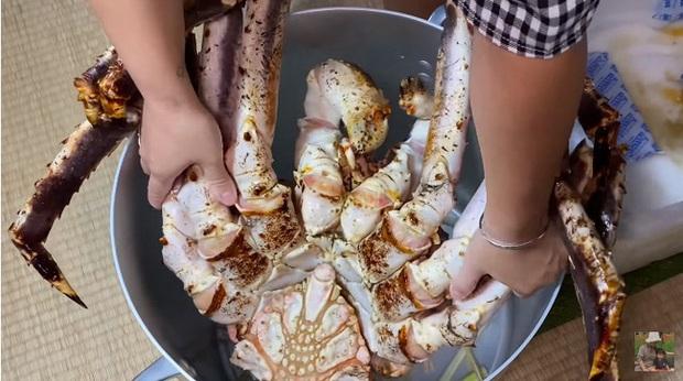 Mừng 3 triệu sub, Quỳnh Trần JP chơi lớn với mâm hải sản cua hoàng đế nặng hơn 6kg và hàng loạt món siêu đắt - Ảnh 3.