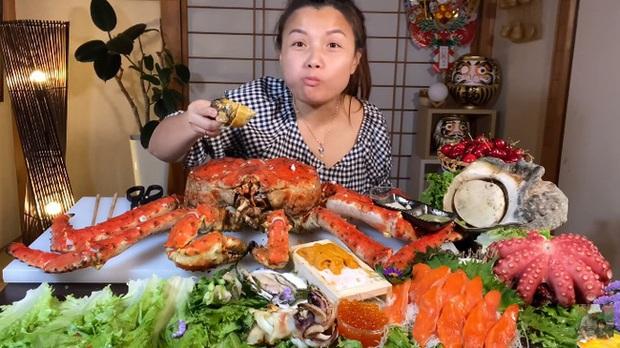 Mừng 3 triệu sub, Quỳnh Trần JP chơi lớn với mâm hải sản cua hoàng đế nặng hơn 6kg và hàng loạt món siêu đắt - Ảnh 4.