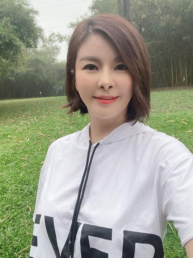 Màn lột xác của Hồng Diễm còn chưa là gì so với Kim Oanh: Style bị dìm quá thể đáng khi lên hình, ngoài đời lại trẻ trung hết sảy - Ảnh 4.