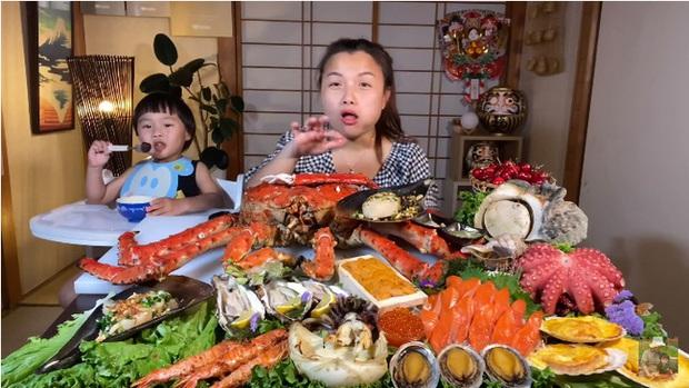 Mừng 3 triệu sub, Quỳnh Trần JP chơi lớn với mâm hải sản cua hoàng đế nặng hơn 6kg và hàng loạt món siêu đắt - Ảnh 5.