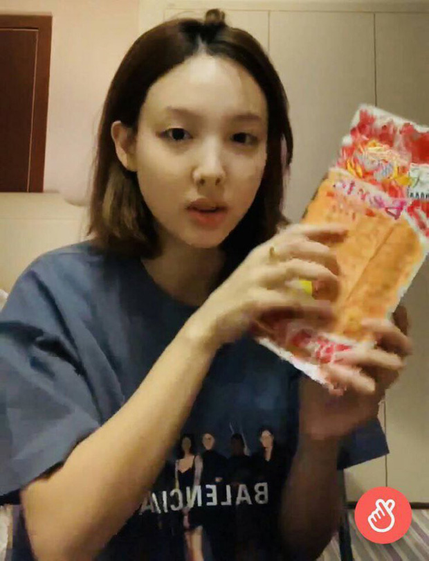 Trước thềm comeback, Nayeon (TWICE) bất ngờ livestream... bán hàng online làm fan cười ngất: Sắp thành hotgirl chốt đơn luôn hả chị? - Ảnh 1.