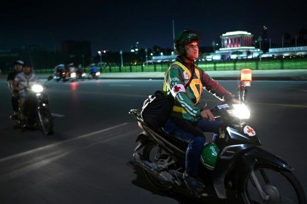 Tài xế xe ôm thầm lặng lang thang khắp phố phường Hà Nội trong đêm tối, cứu giúp người gặp tai nạn giao thông lên báo nước ngoài - Ảnh 1.