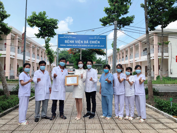 Đang bầu bì tháng thứ 4, Đông Nhi vẫn cùng Ông Cao Thắng đi bệnh viện Dã Chiến Củ Chi thăm hỏi đội ngũ y bác sĩ - Ảnh 6.