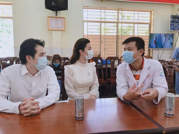 Đang bầu bì tháng thứ 4, Đông Nhi vẫn cùng Ông Cao Thắng đi bệnh viện Dã Chiến Củ Chi thăm hỏi đội ngũ y bác sĩ - Ảnh 5.