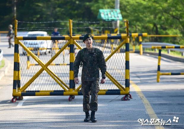 Song Joong Ki gây sốt vì ảnh nhập ngũ như cảnh phim 5 năm trước, hình tại ngũ huyền thoại của Hyun Bin bỗng bị đem ra so sánh - Ảnh 2.