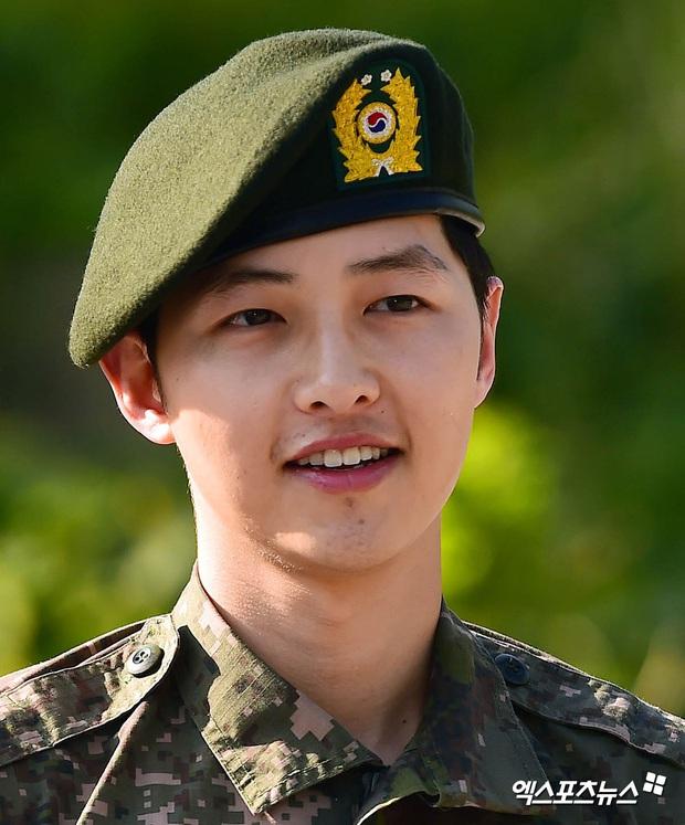 Song Joong Ki gây sốt vì ảnh nhập ngũ như cảnh phim 5 năm trước, hình tại ngũ huyền thoại của Hyun Bin bỗng bị đem ra so sánh - Ảnh 7.
