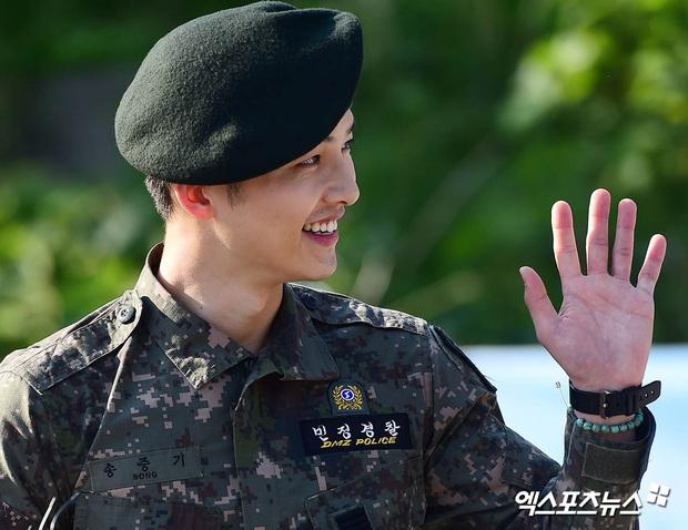 Song Joong Ki gây sốt vì ảnh nhập ngũ như cảnh phim 5 năm trước, hình tại ngũ huyền thoại của Hyun Bin bỗng bị đem ra so sánh - Ảnh 4.