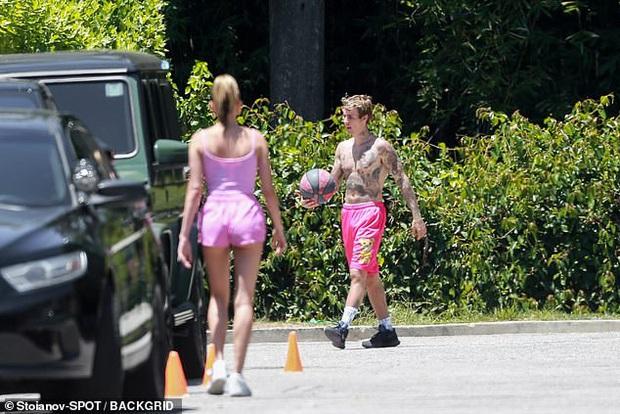 Vợ chồng Justin Bieber diện đồ đôi cây hồng chói: Chồng cởi trần khoe body cũng không nổi bằng bà xã thả rông táo bạo - Ảnh 6.