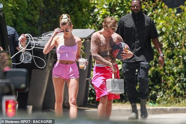 Vợ chồng Justin Bieber diện đồ đôi cây hồng chói: Chồng cởi trần khoe body cũng không nổi bằng bà xã thả rông táo bạo - Ảnh 7.