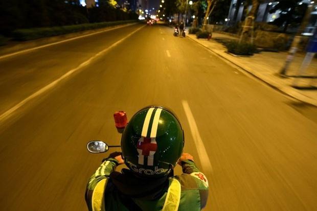 Tài xế xe ôm thầm lặng lang thang khắp phố phường Hà Nội trong đêm tối, cứu giúp người gặp tai nạn giao thông lên báo nước ngoài - Ảnh 4.