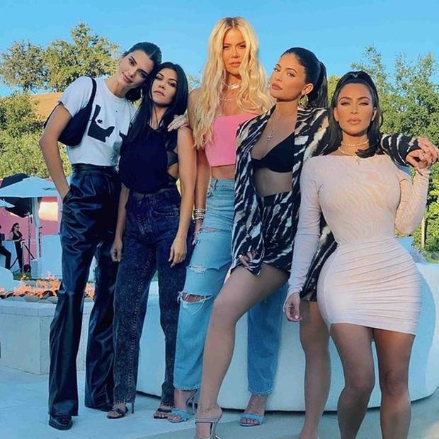 """Em gái Kim """"siêu vòng 3"""" gây sốc vì như biến thành người khác, thuyết âm mưu về bí mật máu mủ gia tộc Kardashian bị đào lại - Ảnh 5."""