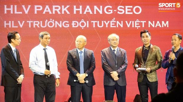 Vượt qua đàn em Quang Hải, Hùng Dũng giành Quả Bóng Vàng Việt Nam 2019 - Ảnh 9.
