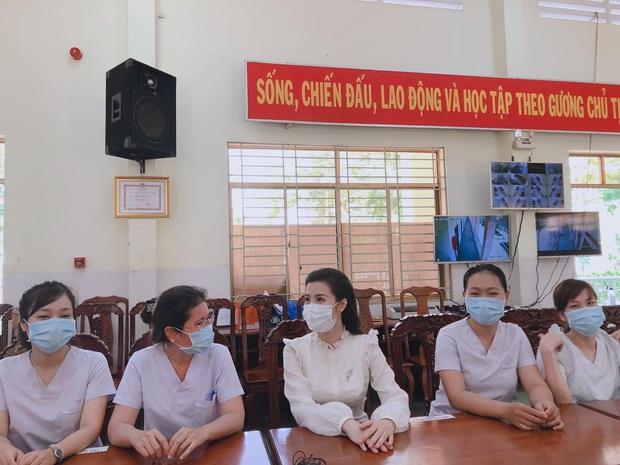 Đang bầu bì tháng thứ 4, Đông Nhi vẫn cùng Ông Cao Thắng đi bệnh viện Dã Chiến Củ Chi thăm hỏi đội ngũ y bác sĩ - Ảnh 4.