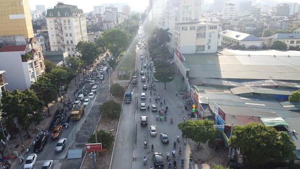 """Hà Nội: Giao thông ùn tắc, người đi bộ """"chặn đầu"""" xe buýt tại nút giao đang thi công đường vành đai 2,5 - Ảnh 1."""