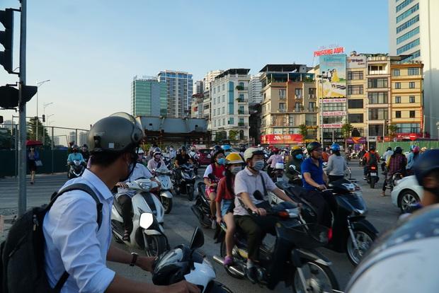 """Hà Nội: Giao thông ùn tắc, người đi bộ """"chặn đầu"""" xe buýt tại nút giao đang thi công đường vành đai 2,5 - Ảnh 4."""