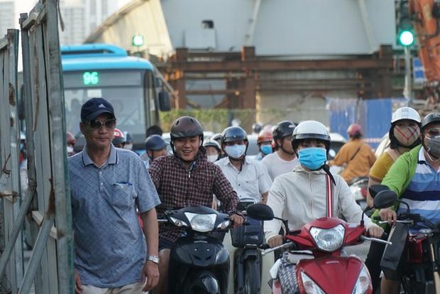 """Hà Nội: Giao thông ùn tắc, người đi bộ """"chặn đầu"""" xe buýt tại nút giao đang thi công đường vành đai 2,5 - Ảnh 7."""