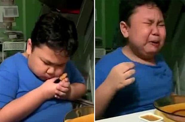 Cắn được miếng gà rán sau nhiều tháng phong tỏa mà sướng đến rơi nước mắt, biểu cảm hài hước của cậu bé khiến dân mạng cười bò - Ảnh 2.