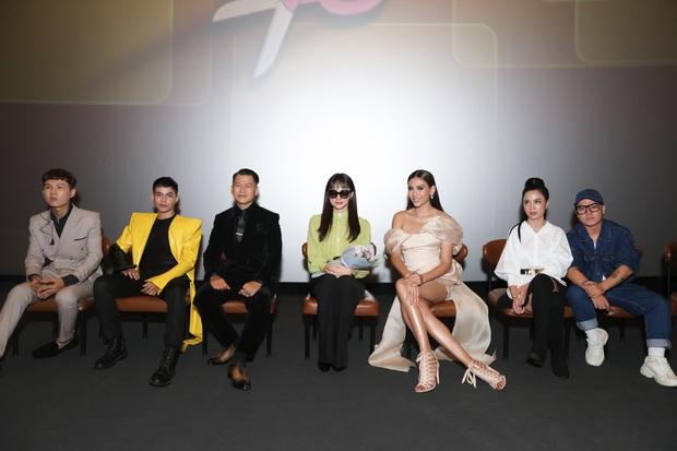 Võ Hoàng Yến sexy quyền lực, Hương Giang đeo kính đen, cần người dìu vào họp báo - Ảnh 1.