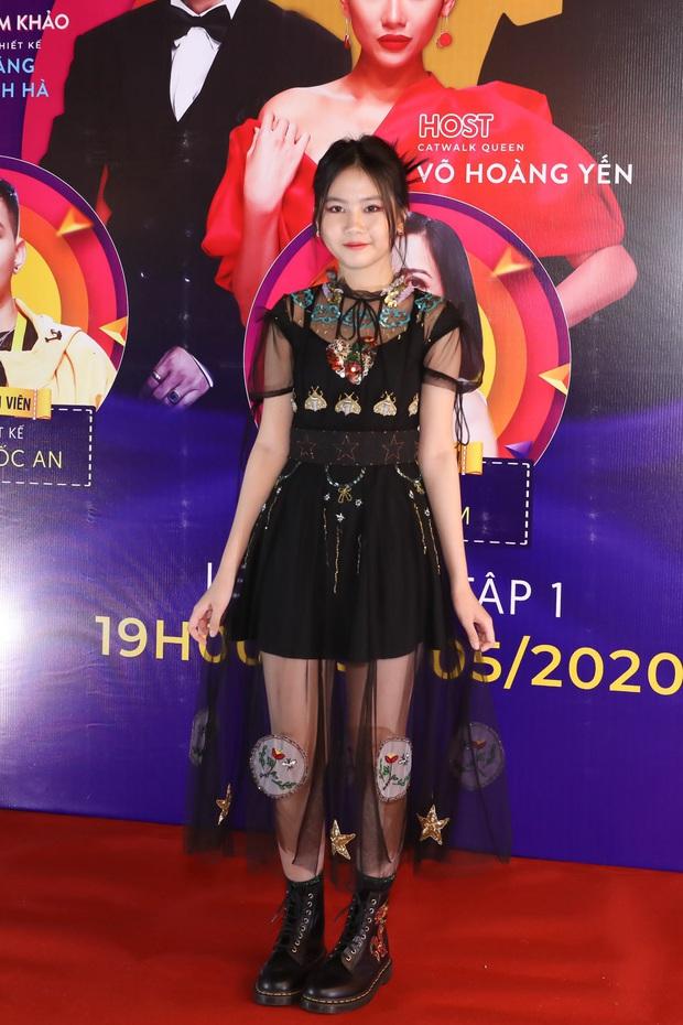 Võ Hoàng Yến sexy quyền lực, Hương Giang đeo kính đen, cần người dìu vào họp báo - Ảnh 19.