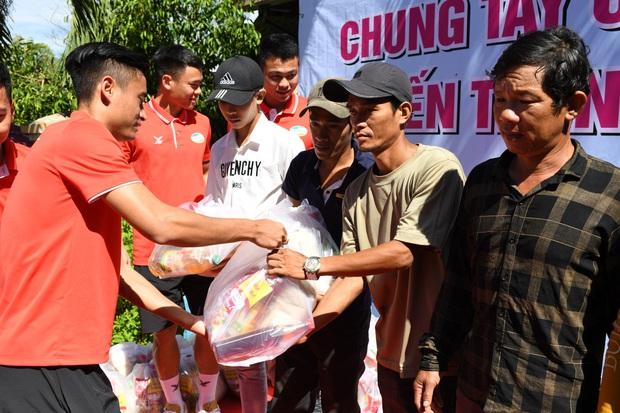 Hoàng Đức, Danh Trung cùng CLB Viettel tích cực làm từ thiện khi đến Khánh Hoà thi đấu - Ảnh 3.