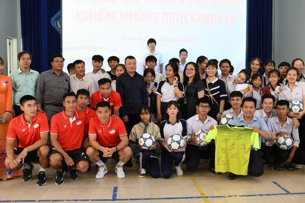 Hoàng Đức, Danh Trung cùng CLB Viettel tích cực làm từ thiện khi đến Khánh Hoà thi đấu - Ảnh 2.