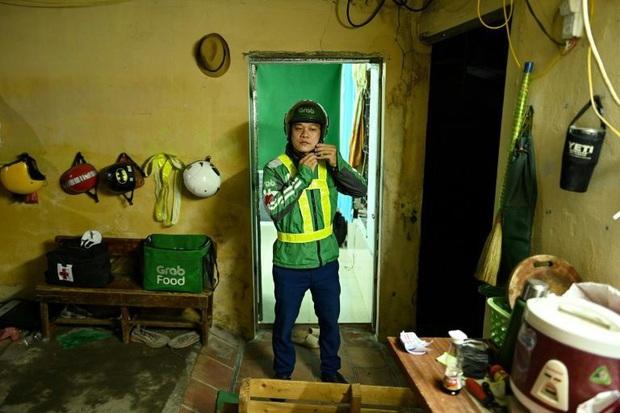 Tài xế xe ôm thầm lặng lang thang khắp phố phường Hà Nội trong đêm tối, cứu giúp người gặp tai nạn giao thông lên báo nước ngoài - Ảnh 2.
